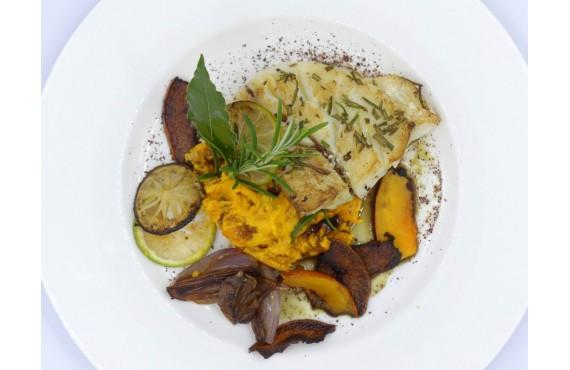Cabillaud rôti avec une écrasée de potimarron, échalotes confites au vinaigre de fleur de sureau et citron vert